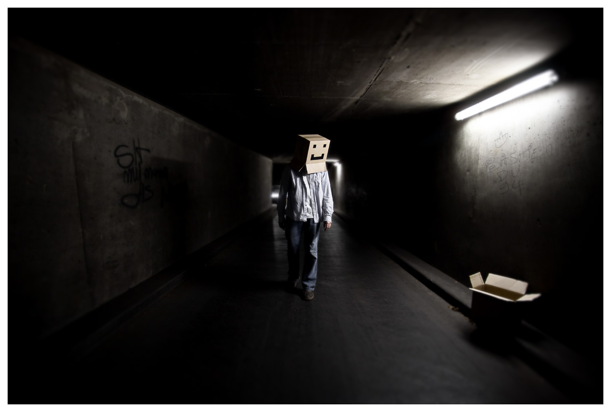 Cardboard Box Head #15 - The box next door - Photographie conceptuelle
