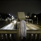 Cardboard Box Head #13 - Crossing the river (photographie conceptuelle)