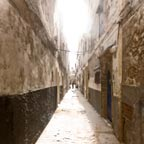 Essaouira - L'homme au bout de la ruelle - Light and shadow photography
