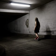 A bit like Alice : Tumbling down the rabbit hole - photographie conceptuelle