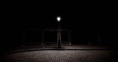 Lampadaire solitaire - photographie de nuit