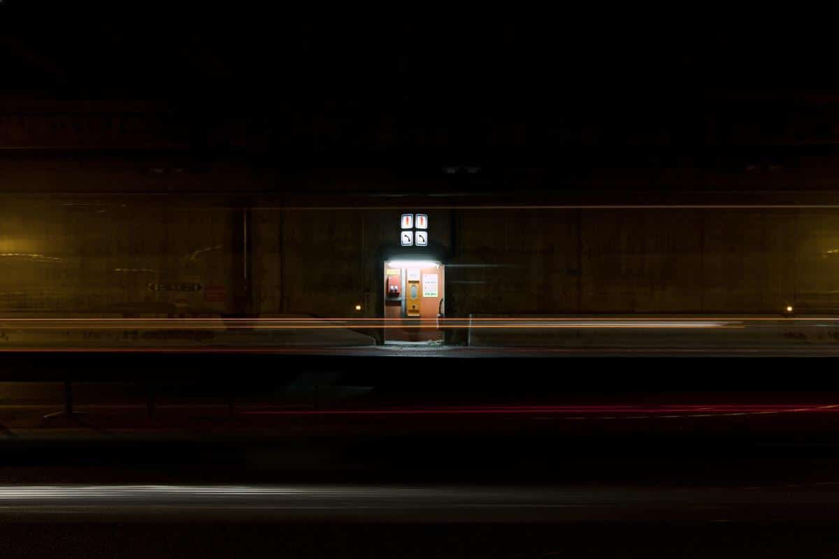 Luminous checkpoint - photo de nuit urbaine