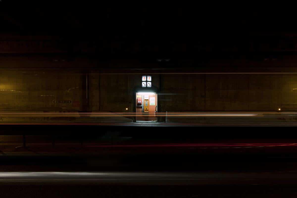 Luminous checkpoint - photo de nuit urbaine