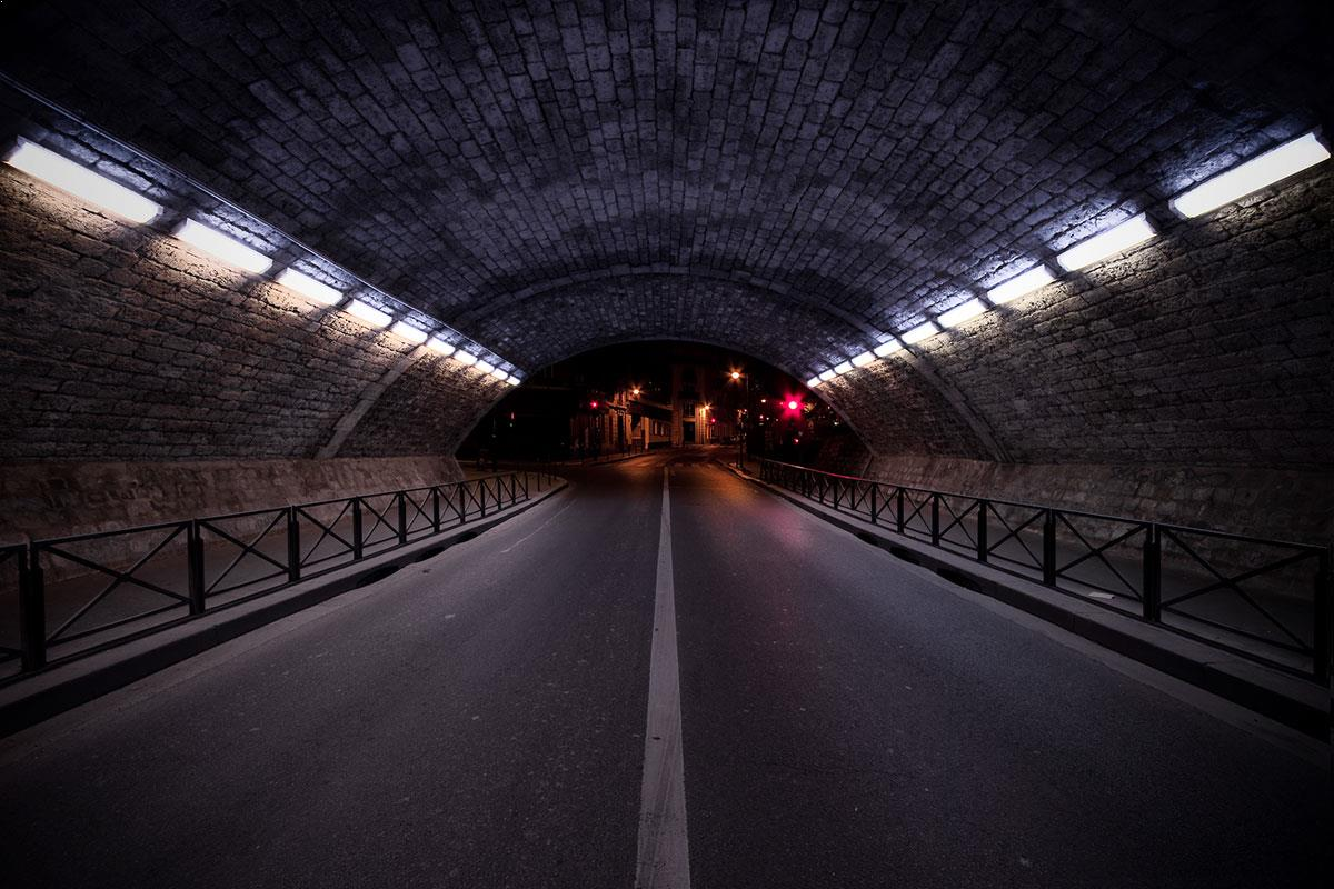 Au bout du tunnel - photo de nuit urbaine