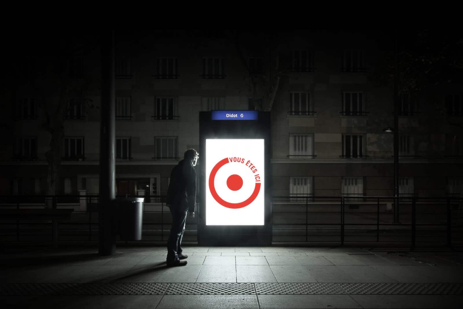 Tomber dans le panneau - photographie de nuit narrative