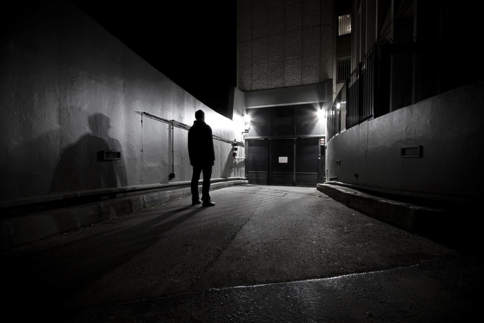 L'obscur compagnon de route - photographie de nuit urbaine