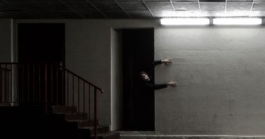 Gripped by fear - photographie narrative de nuit vignette