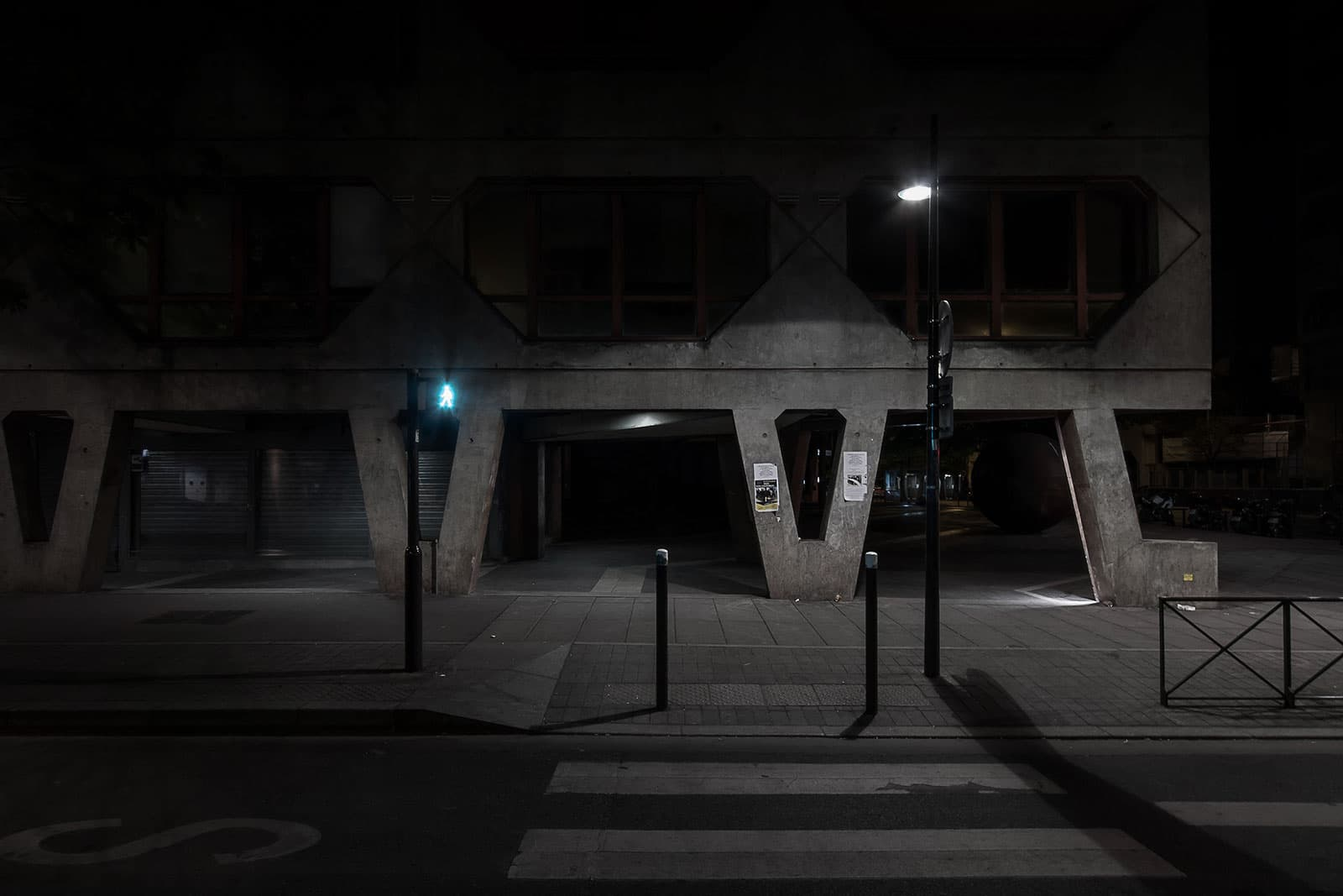 Outside the bunker - photographie urbaine de nuit