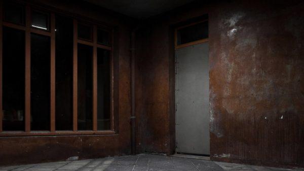 Vignette - Photographie urbaine de nuit - Behind that grey door
