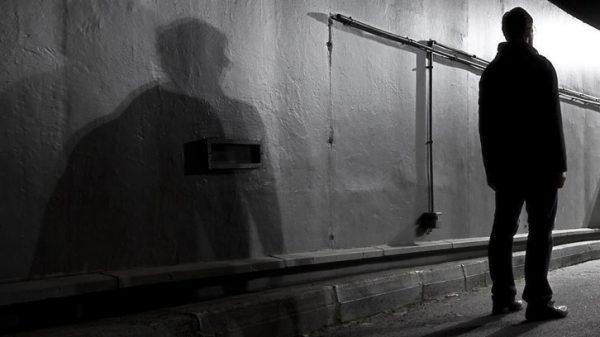 Vignette - Obscur compagnon de route - photographie de nuit urbaine